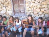 Tocando la guitarra en el campamento