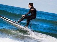 Alquila tu tabla de surf eléctrica en Benalmádena