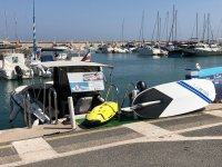 Tabla de surf eléctrica en puerto Marina Benalmádena