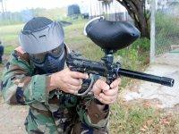 Soldado con marcadora de paintball