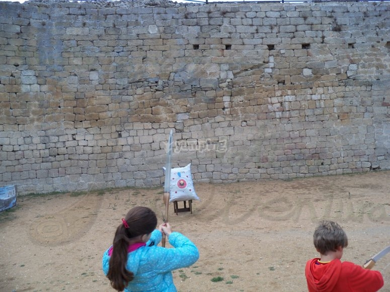 Bambini che praticano tiro con l'arco