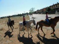 Menores paseando a caballo