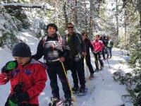 引导穿过雪鞋加泰罗尼亚山脉的雪道