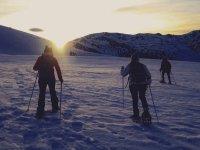 日落时分穿过贝尔库埃达的雪靴中的路线