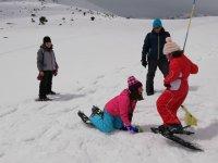 加泰罗尼亚下雪天,孩子们骑在球拍上