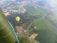 树木Sobrevolando地区几个气球飞行