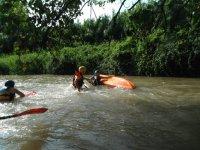 Dando la vuelta al kayak