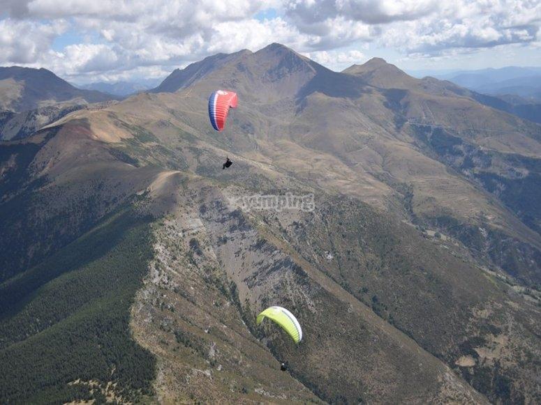 Parapente junto a las montañas de Pirineos