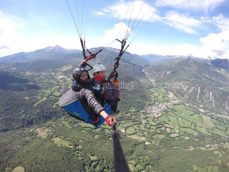 Fly over the Aragonese Pyrenees in paragliding