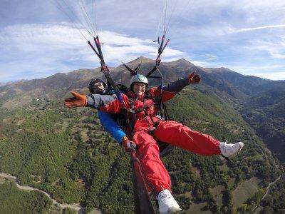 Vuelo en parapente en Rials en Pirineo 15-20 min