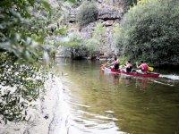 In canoa attraverso la palude