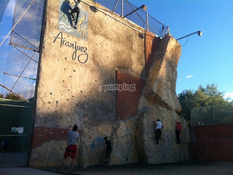 Arrampicata sulla parete da arrampicata