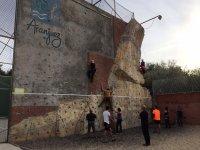 开始攀登阿兰胡埃斯攀登2h的攀岩墙