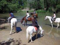 A caballo junto al rio
