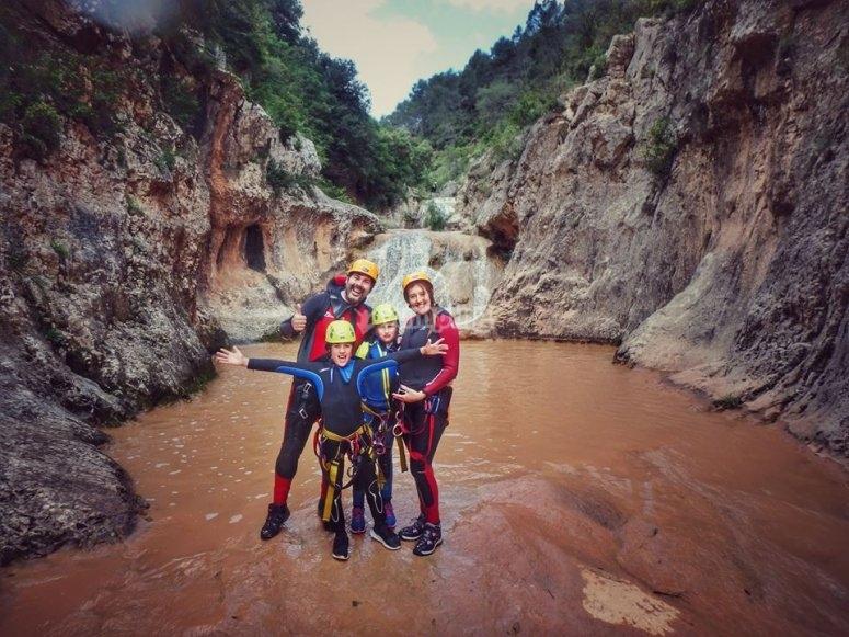 家庭在进行峡谷漂流