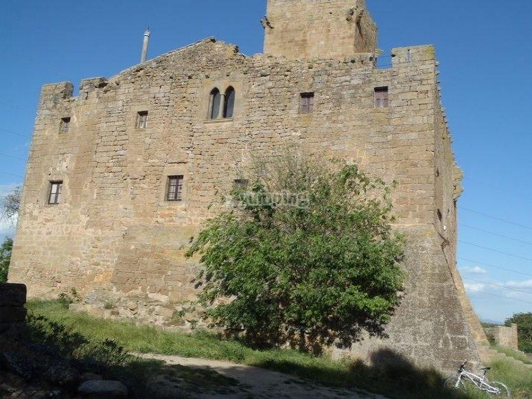 自行车停放在城堡