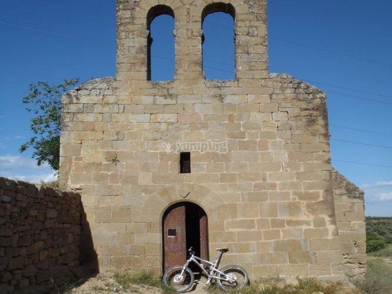iglesia con bici apoyada