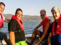Familiares disfrutando de un día de turismo pesquero