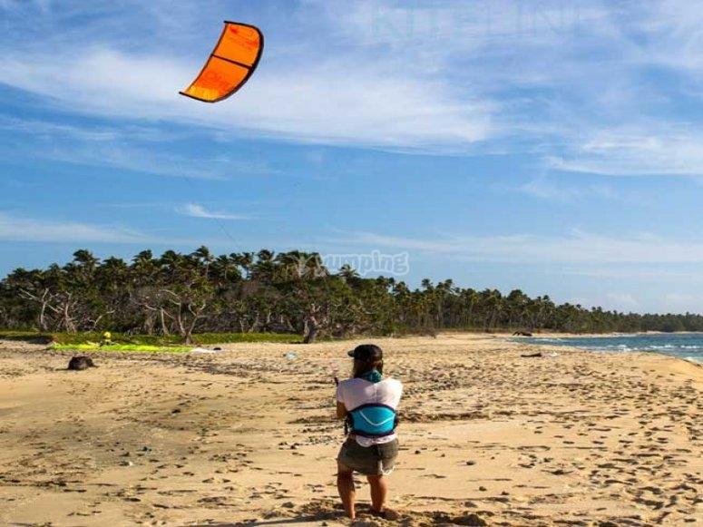 海滩上的橙色风筝