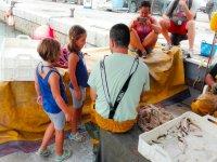 Los pequeños aprendiendo de mano de pescadores profesionales