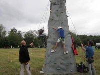Niños escalando en rocódromo