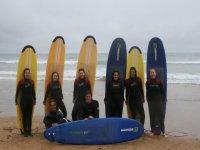 Grupos de chicos tras finalizar la actividad de surf