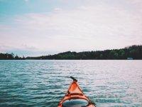 到达令人惊叹的美景Praacticando皮划艇划桨