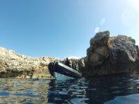 Barca entre las rocas
