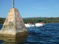 Aquasliding在水库秀Barquitos帆船