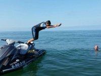 Lanzandose al agua desde la moto