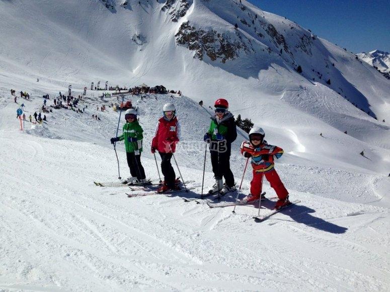 Ninos preparados para esquiar