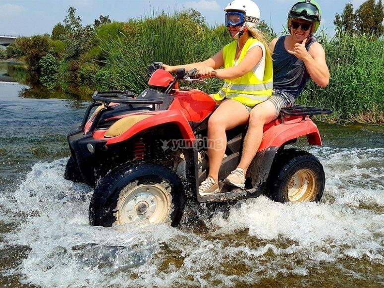 Atravesando el rio en quad en Costa del Sol