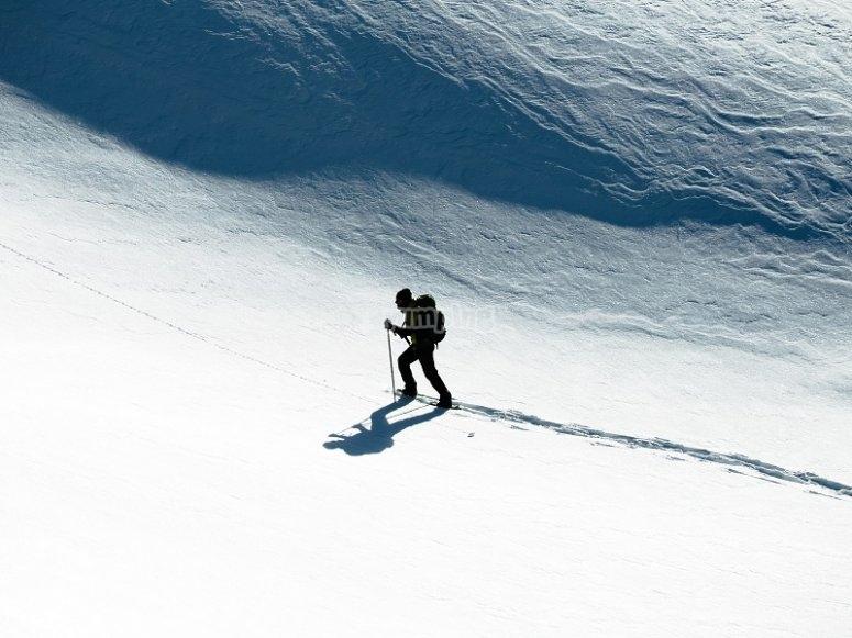 冬季徒步旅行者的带球用球拍和手杖