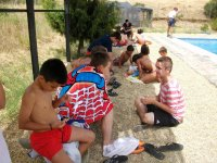 bambini accanto al campo della piscina