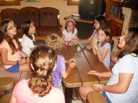 ragazze a un tavolo dopo pranzo
