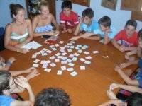 bambini che giocano a carte dopo pranzo