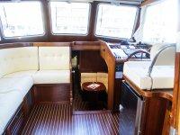 Interior del barco con sillones