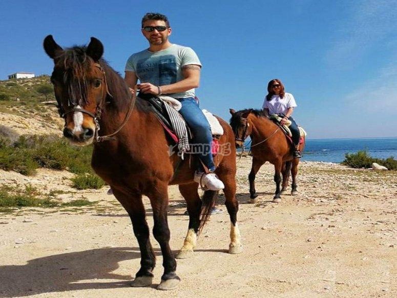 Aprendiendo a montar a caballo en Alicante