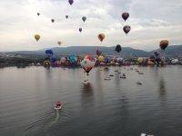 globos en lago