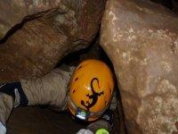 Stretti gradini nella grotta