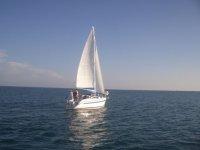 Barca a vela in alto mare.