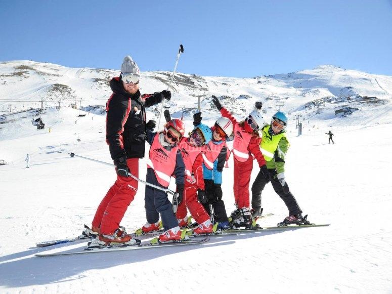 Divertido grupo de esquiadores en Sierra Nevada