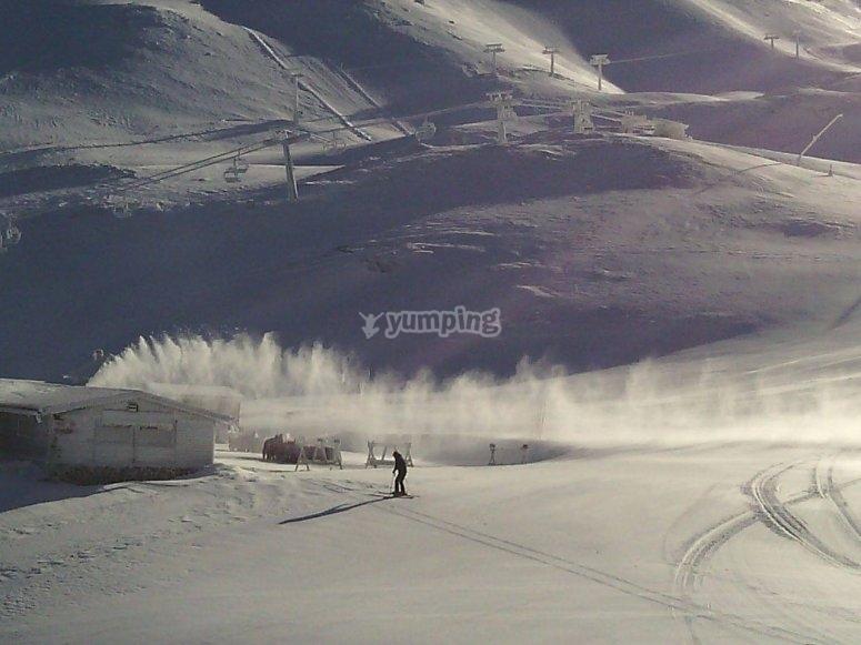Experto esquiador en las pistas de Sierra Nevada