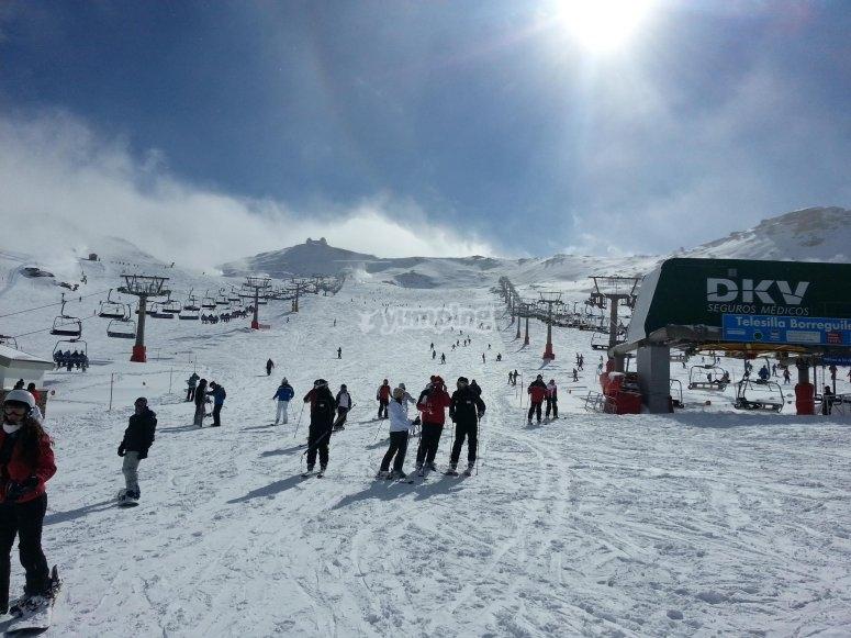 Esquiando bajo el sol de Granada