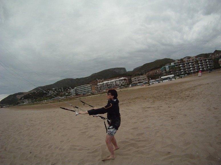 学习飞行在Castelldefels风筝