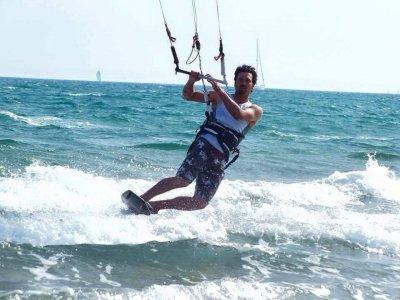 Castelldefels在水中风筝冲浪3h