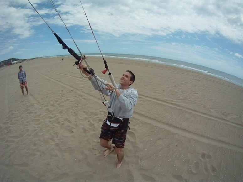 控制Castelldefels的海滩风筝冲浪课程