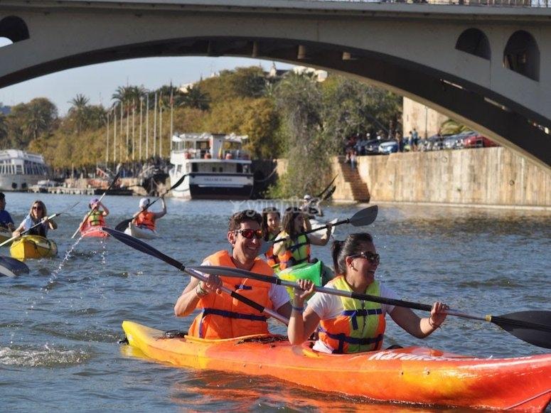 Cruza el Puente de Triana en kayak