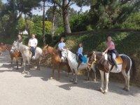 Día en familia montando en caballo en Arteixo