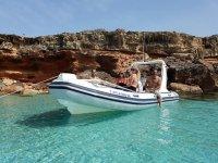 在日落在Ibiza船在